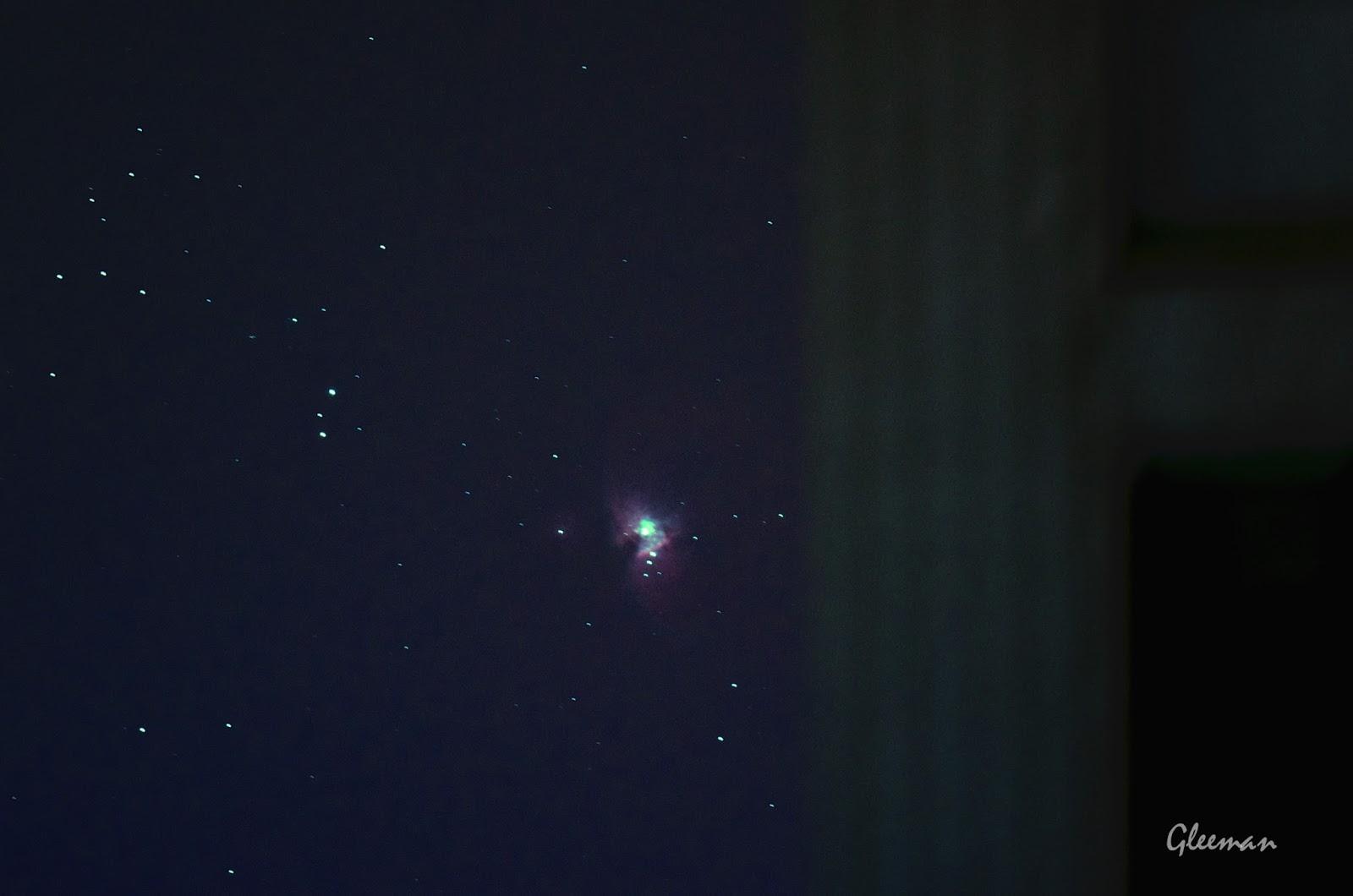 遠方大樓後剛昇上來不久的獵戶座大星雲  M42。
