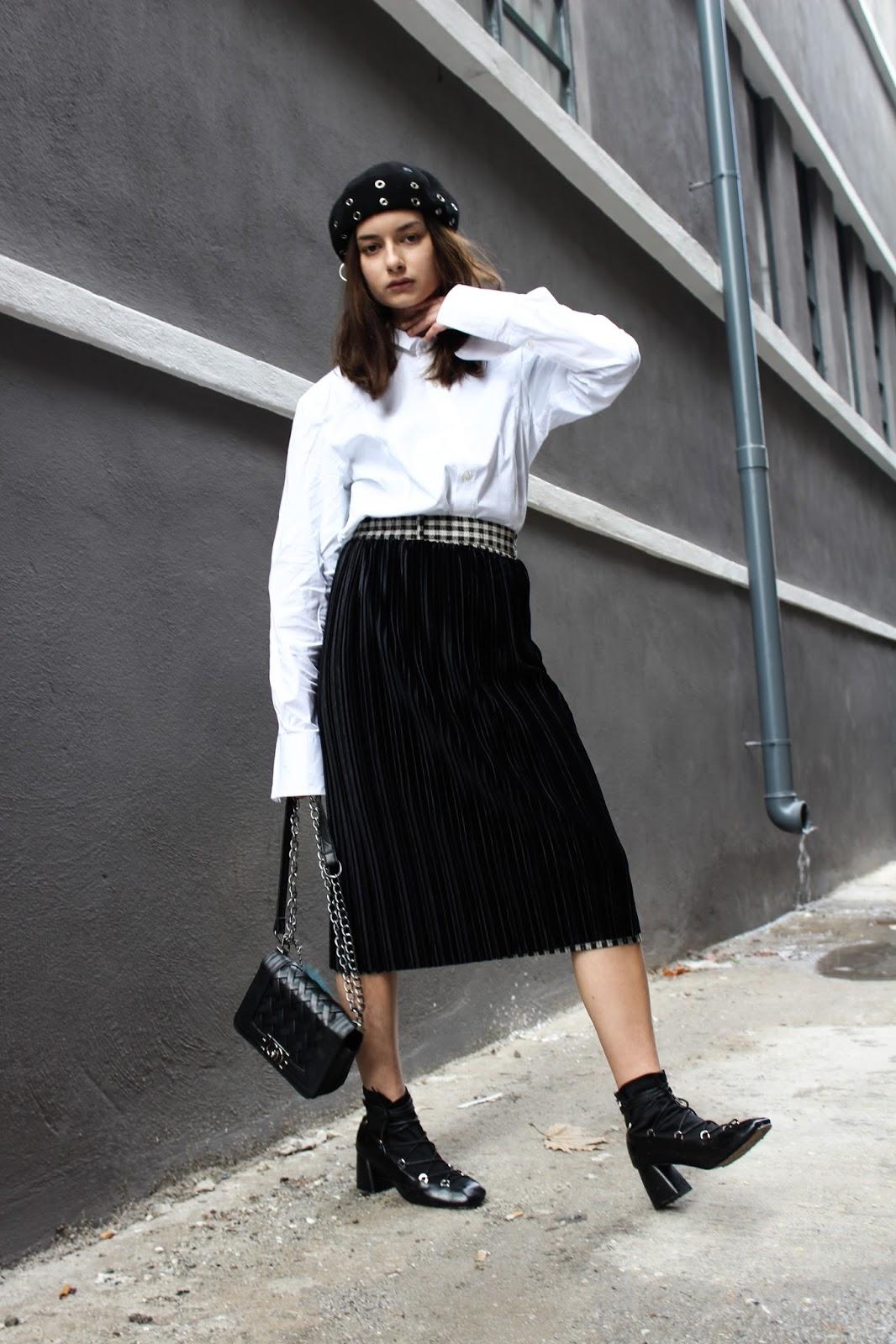 Κλασσική και αγαπημένη πλισέ φούστα στην πιο safe εκδοχή της.Μαύρη και  βελούδινη 5af1e72a4cf