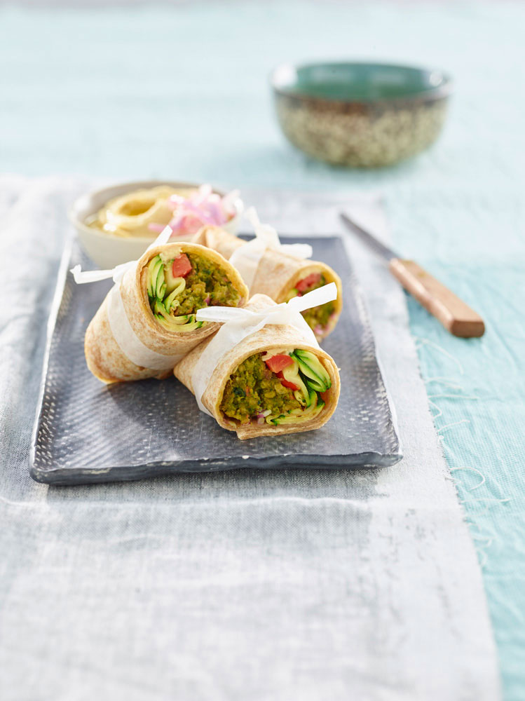 rotolo con spinaci e miniburger con verdure e hummus