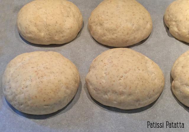 recette d'oeufs cocotte dans du pain, petits pains aux oeufs, duxelle de champignon, oeufs cachés dans du pain, petits pains maison, oeufs cuits dans du pain, oeufs cocottes,