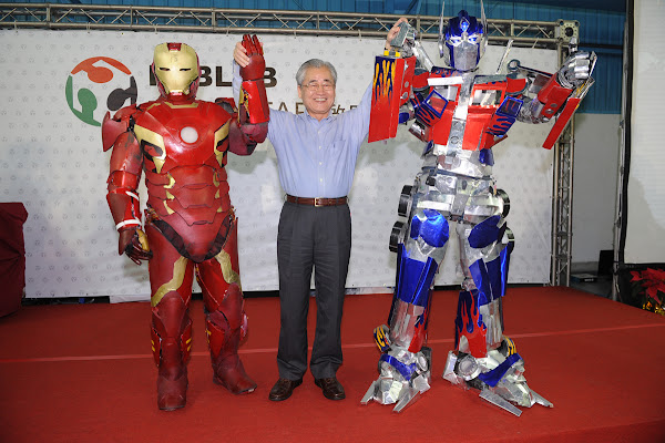 行政院長毛治國與機器人合影。照片來源:行政院提供。