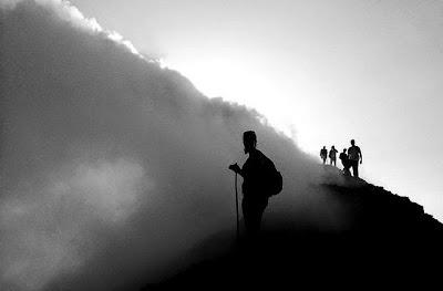 Wanderer unterhalb der Krater der bekanntesten Vulkane Guatemalas