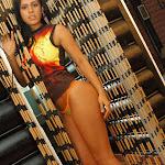 Andrea Rincon, Selena Spice Galeria 36 : Shakiras, Camiseta Negra Con Amarillo y Rojo, Tanga Amarilla y Naranja Foto 32