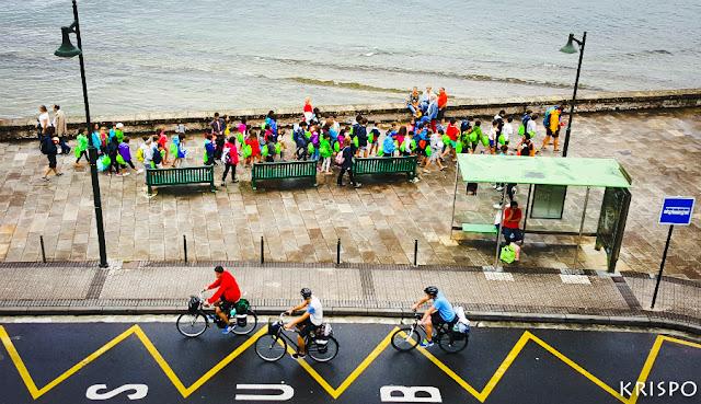 niños y ciclistas en el paseo butron de hondarribia