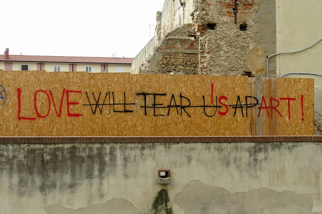 Love will tear us apart or Love is art, graffiti, via Bottini dell'Olio, Livorno