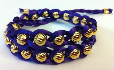 Плетем браслет-косичку из шнура и бусин.