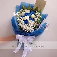 jual handbouquet mawar biru, hadiah anniversary, jual mawar biru,