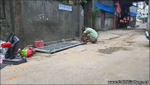 Sửa cửa sắt hộp bị mục nhà Anh Tùng - Nguyễn Văn Quá - Quận 12
