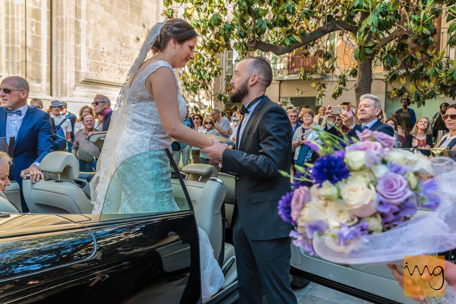 Fotografía del novio ayudando a la novia a salir del coche