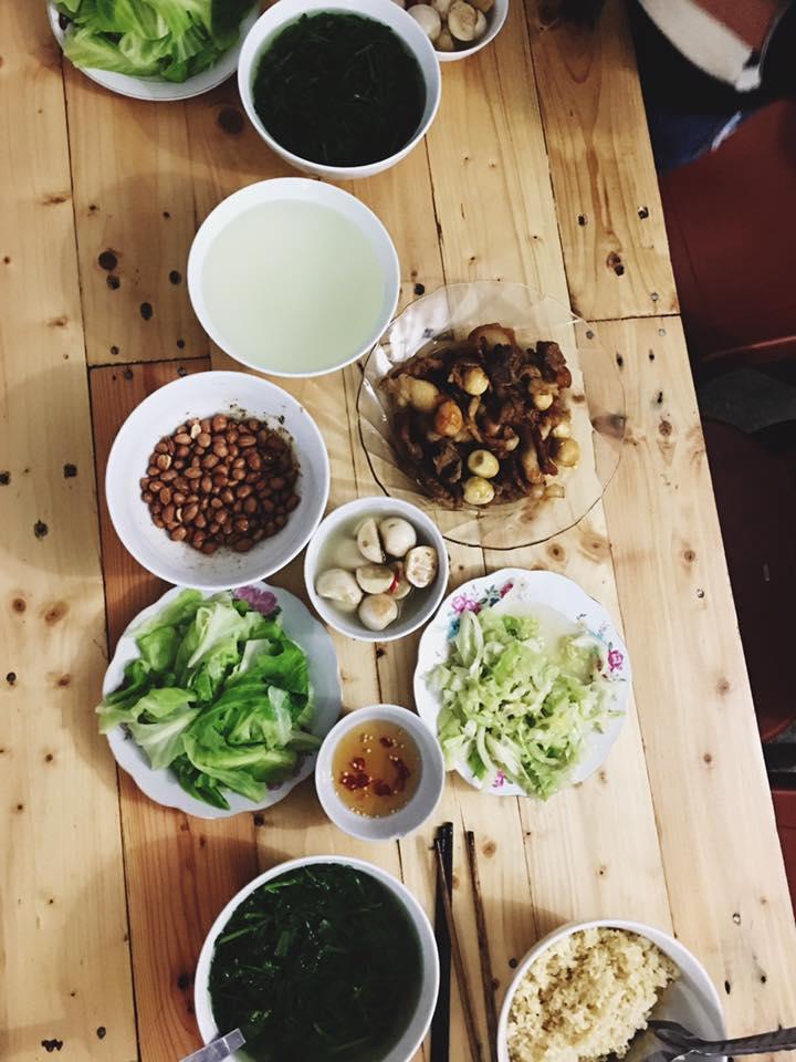 Bữa ăn do khách tự nấu nướng tại Bơ House