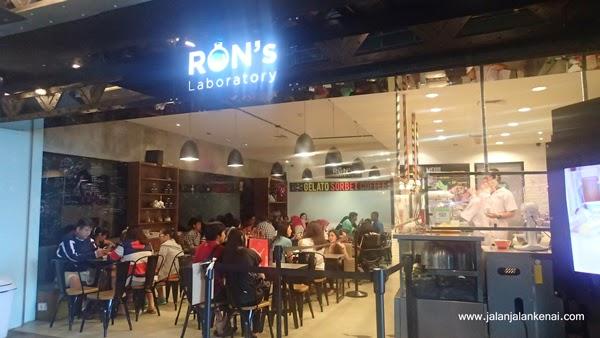Ron's Laboratory - Menyantap gelato di laboratorium