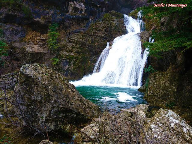 Saltos de agua en el río Mundo