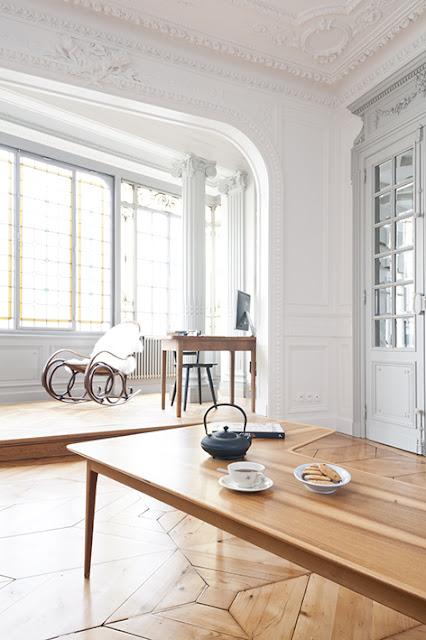 table basse en bois vintage dans un salon haussmannien