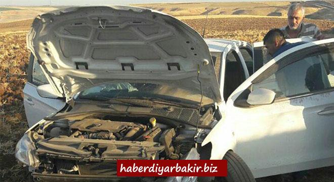 Çınar Göksu Barajı yakınlarında otomobil şarampole yuvarlandı: 5 yaralı