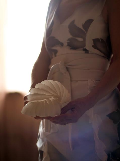 Lampada- bomboniera di carta e abito da sposa dipinto a mano