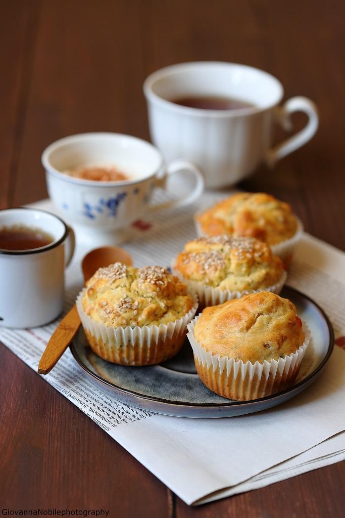 Muffin con scamorza, nocciole e timo