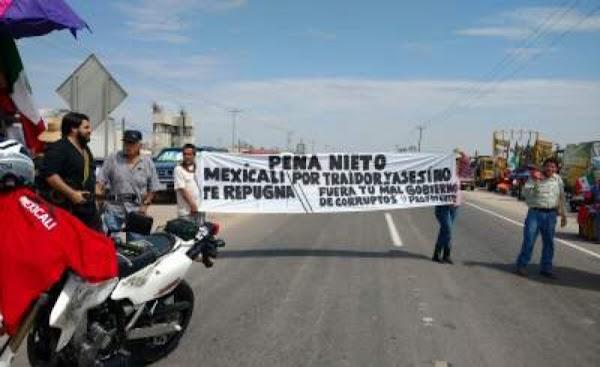 Protestan en Mexicali contra EPN y contra obra; el cemento es una cochinada, dicen.