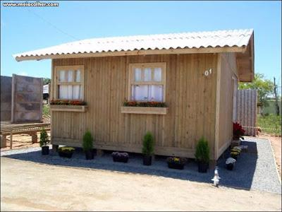 uma pequena casa de madeira