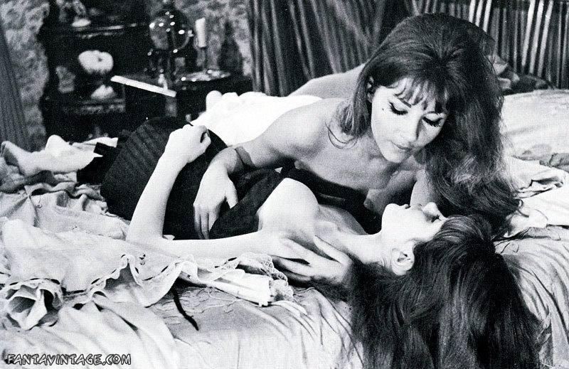 Ingrid Pitt seduce Madeline Smith (Vampire Lovers – 1970)
