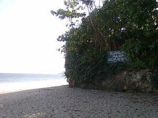 Larangan mandi di Pantai Bajul Mati