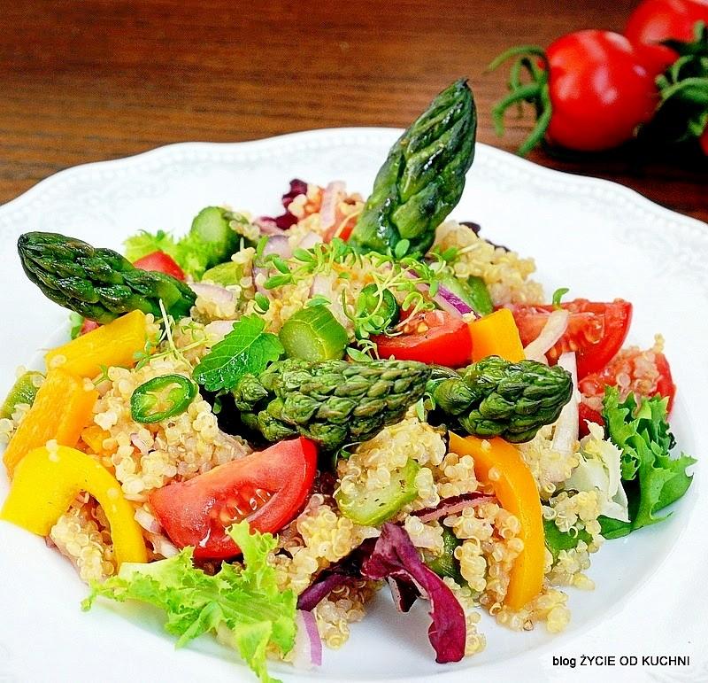 szparagi, quinoa, salatka ze szparagami, czerwiec, sezonowa kuchnia, przepisy sezonowe czerwiec, truskawki, szparagi,bob, wiosenne przepisy, zycie od kuchni, hulali po polu i pili kakao