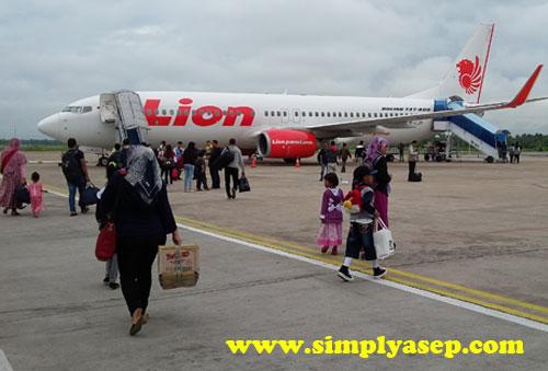 LION AIR :  Anak dan istri sedang menuju pesawat (kanan) .  Pesawat Lion Air jenis Boeing 737-800 Next Generation ini yang membawa saya sekeluarga menuju Bandara Soekarno Hatta (Jakarta). Foto Asep Haryono