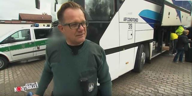Achtung Kontrolle: Reisebus aus Mazedonien - Hat hier jemand was geschmuggelt?