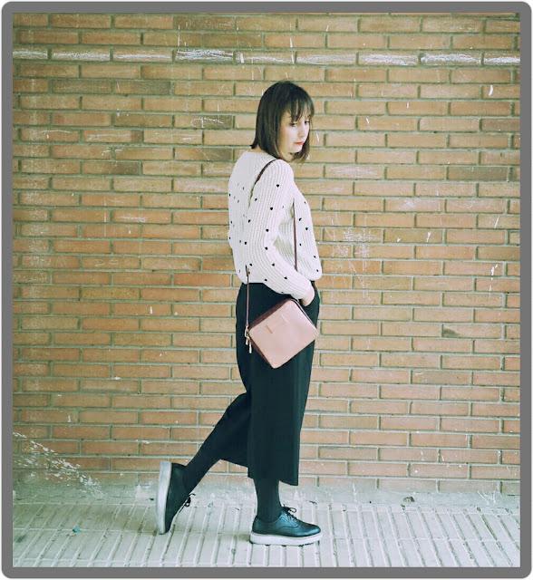 Jersey con corazones de Kling con pantalón culotte negro de Zara y zapatos masculinos.