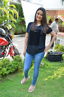 Tamil Actress Sonia Agarwal Pos in Denim Jeans at Unnaal Ennaal Movie Shooting Spot  0010.jpg