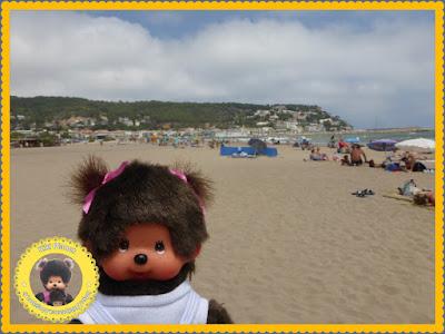 Diana la Monchhichi sur la plage de l'Estartit en Catalogne