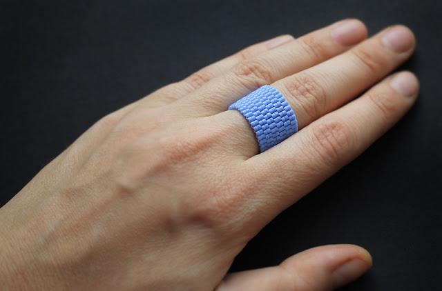 купить Широкое женское кольцо из бисера. Яркое летнее колечко