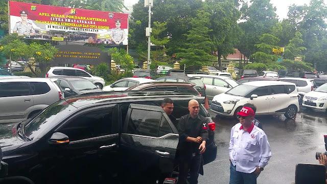Senyum Santai Ahmad Dhani di Polres Jakarta Selatan