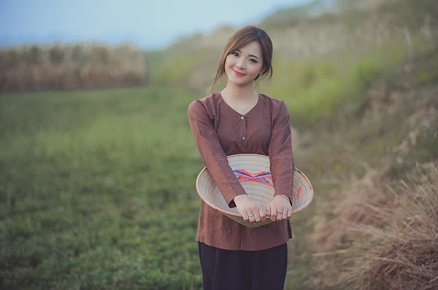 Hotgirl Thu Huong with Vietnam traditional costume