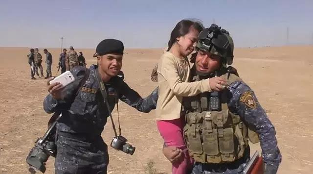 MasyaAllah! Gadis Cilik Ini Ingin Cium Kaki Prajurit Irak yang Menyelamatkannya dari ISIS