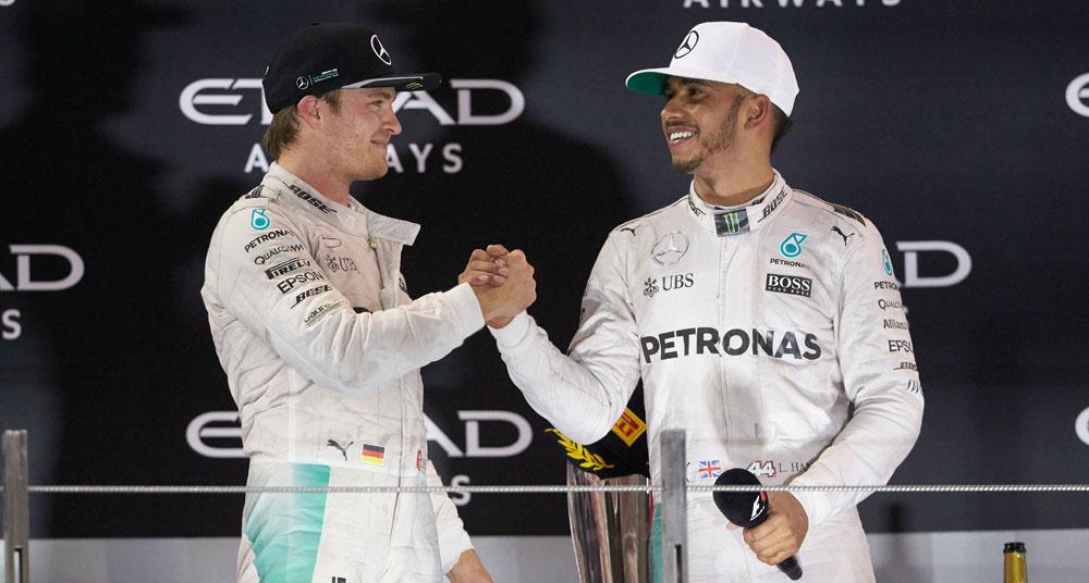Nico Rosberg y Lewis Hamilton se dan la mano en el podio de Abu Dabi 2016