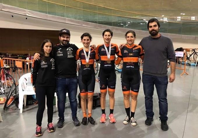 Las medallas obtenidas en la pista motivan al equipo de cara a su debut en la ruta