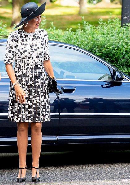 Queen Maxima wore a new leaf print tweed half sleeve dress by Carolina Herrera. De Kindertelefoon (Child helpline)