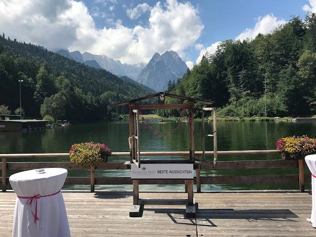 Hochzeitsempfang Pink travel themed wedding - Reise ins Glück Hochzeitsmotto im Riessersee Hotel Garmisch-Partenkirchen, Bayern Sommerhochzeit im Seehaus in den Bergen, Hochzeitsplanerin Uschi Glas