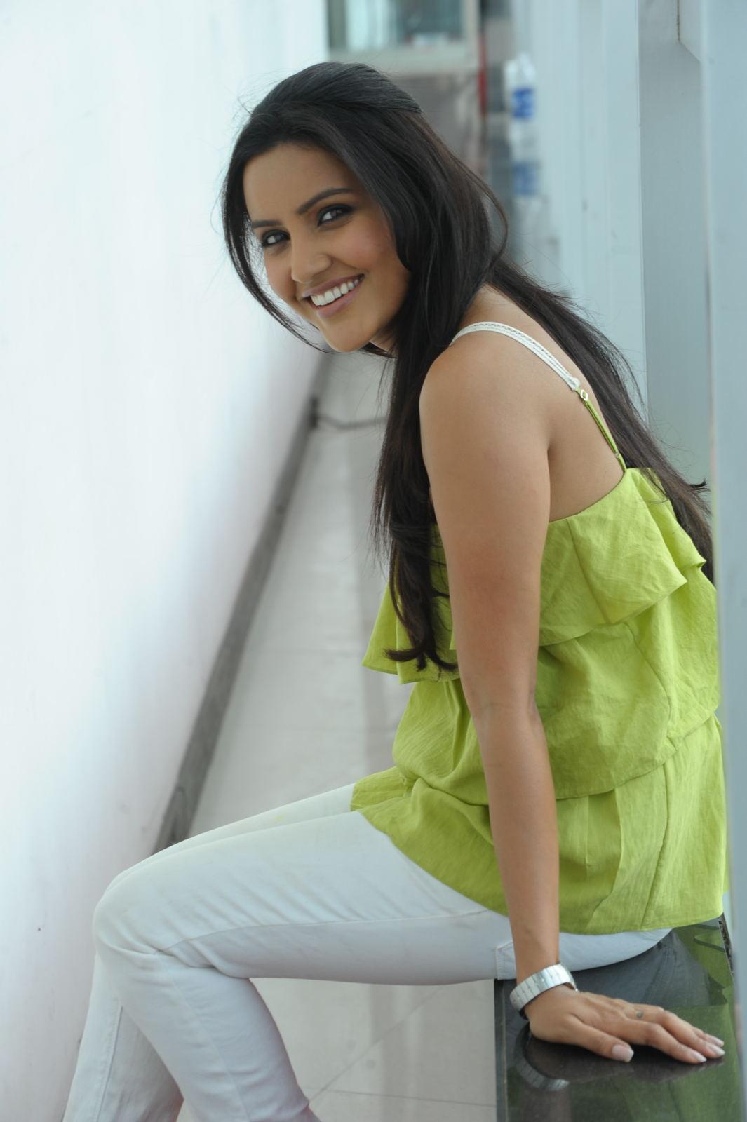 Latest Tollywood Updates: Madhurima Latest Hot Thigh Show