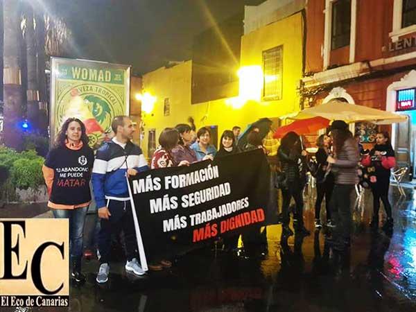 Funcionarios de prisiones se manifiestan a la  llegada del  Rey Felipe VI al Teatro Pérez Galdós