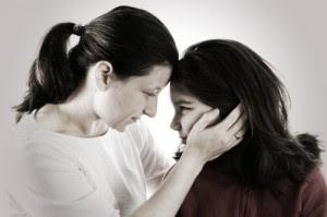 Con buồn lắm bởi chẳng được mẹ ôm từ khi có thêm em