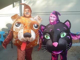 disfraz con cabeza de un perro y gato.