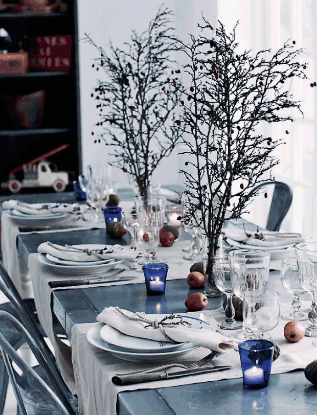 mesa navideña con cristal  y detalles en azul
