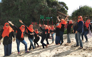 Ibu-ibu wali murid SMPN 18 Malang di Pantai Goa Cina Malang