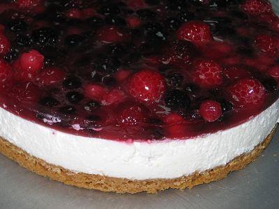 Cheesecake en horno microondas, decorado con frutos rojos.