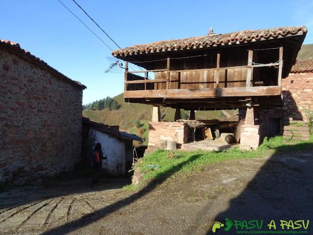 Dolmen de Merillés: Hórreo en Espinaredo, Tineo