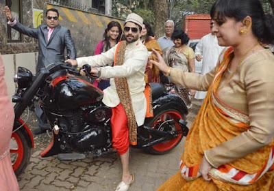 akshai-vardai-arrived-on-bike