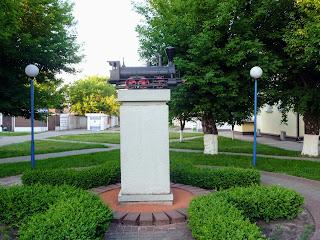 Лунинець. Привокзальна площа. Пам'ятний знак на честь залізничників