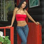 Andrea Rincon, Selena Spice Galeria 21 : Jean Azul y Top Rojo Foto 6