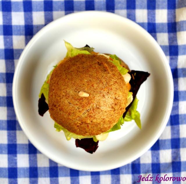 burger z pieczonymi burakami i kalarepą